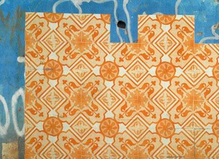 Coletivo Poro: Azulejos de papel, instalação em casas abandonadas