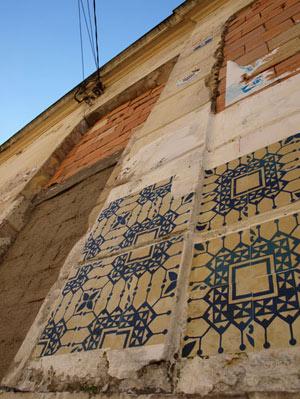 Casa abandonada com a intervenção Azulejos de papel do Grupo Poro