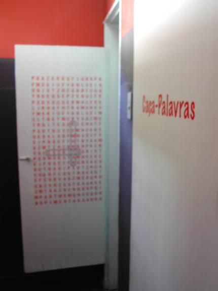 Caça Palavras do Coletivo Poro, instalação em banheiro de bar de Belo Horizonte